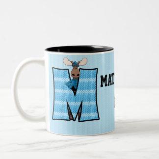 """Taza azul del monograma """"M"""" de los alces del niño"""