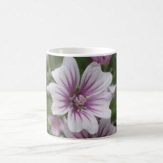 Taza azul fresca de la flor