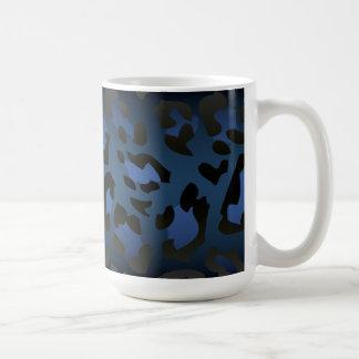 Taza azul metálica de la piel del leopardo
