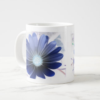 Taza azul que brilla intensamente de la margarita  taza grande