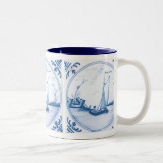 Taza azul y blanca de Delft del velero de café