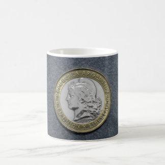 Taza blanca clásica de la moneda de plata del oro