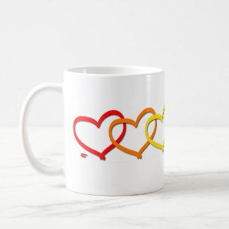 Taza blanca clásica del amor = de los corazones