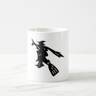 taza blanca con la bruja negra