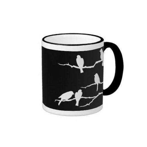 Taza blanca de la silueta del pájaro