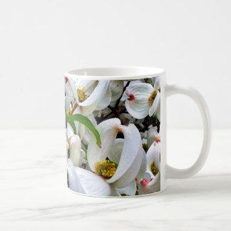 Taza blanca de los flores