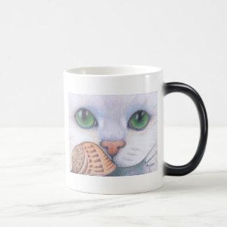 Taza blanca del gato y del caracol