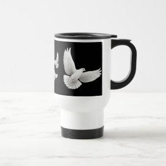 Taza blanca del viaje de las palomas que vuela