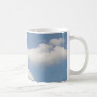 Taza blanca mullida de las nubes de cúmulo