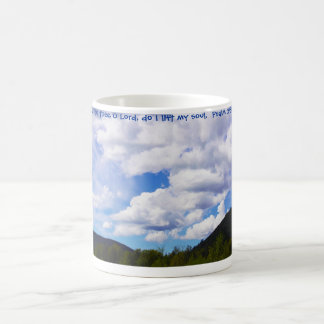 Taza blanca mullida w/Scripture de las nubes