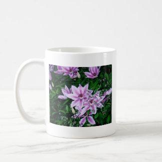 Taza blanca púrpura del Clematis