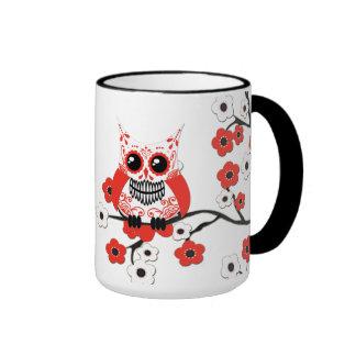 Taza blanca roja del búho de la flor de cerezo