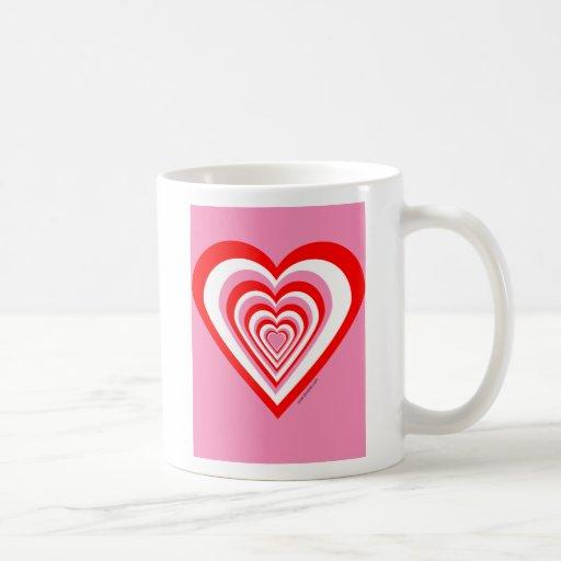 Taza blanca y rosada roja del corazón