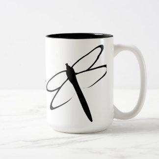 Taza blanco y negro con monograma de la libélula