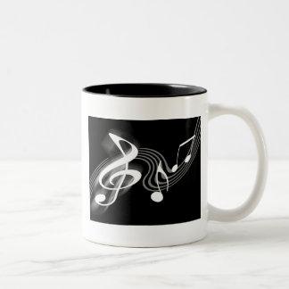 Taza blanco y negro de la escala musical