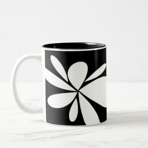 taza blanco y negro de la flor