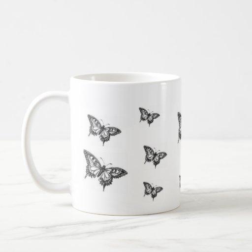 taza blanco y negro de la mariposa