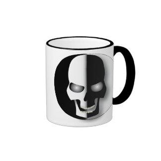 Taza blanco y negro del cráneo