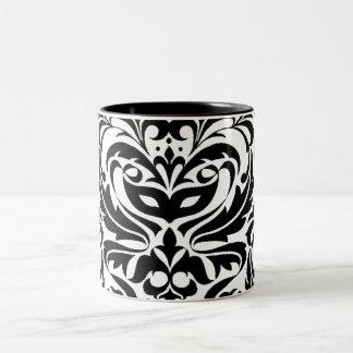 Taza blanco y negro del damasco de la mascarada
