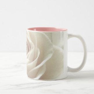 taza bonita del rosa blanco