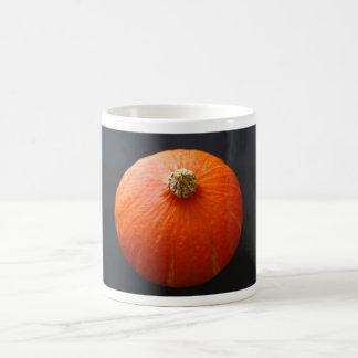 Taza brillante de la calabaza anaranjada