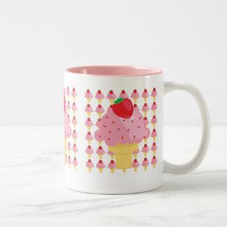 Taza caprichosa de los conos de helado de fresa