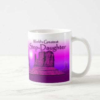 Taza cariñosa de la púrpura de las manos de la hij