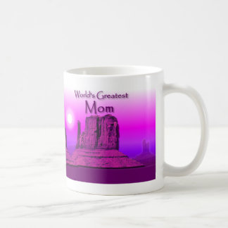 Taza cariñosa de la púrpura de las manos de la mam