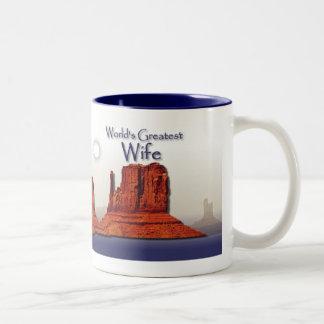 Taza cariñosa del azul de las manos de la esposa