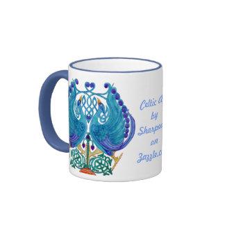 Taza céltica de los azules claros de los pavos