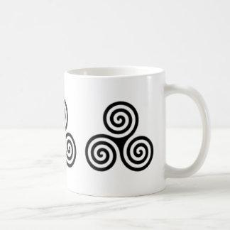 Taza céltica espiral triple del diseño