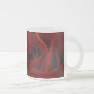 Taza color de rosa de color rojo oscuro