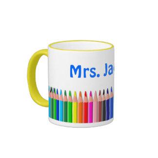 Taza coloreada de los lápices