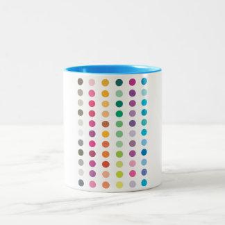 Taza coloreada de los puntos