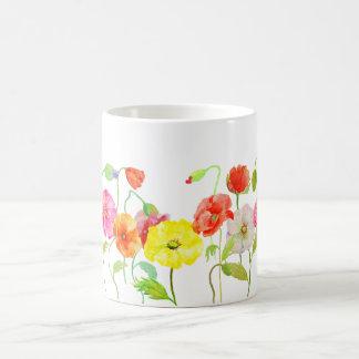 Taza colorida de las flores de las amapolas de la taza básica blanca