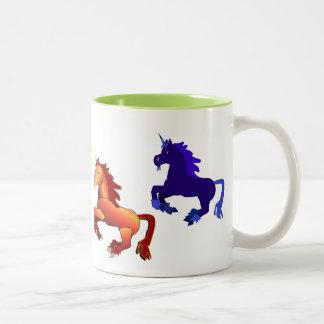 Taza colorida de los unicornios