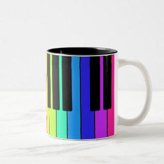 Taza con diseño colorido del teclado