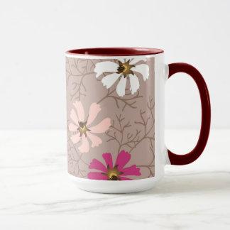 Taza con el fondo floral blando