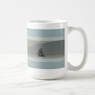 Taza con el océano y las naves altas