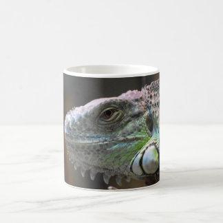 Taza con la cabeza del lagarto colorido de la igua