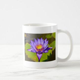 Taza con la foto púrpura del lirio de agua
