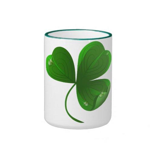 Taza con la hoja verde del trébol
