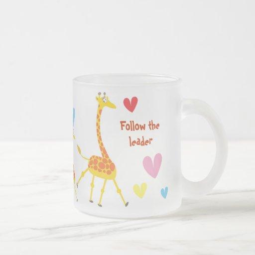 Taza con las jirafas que siguen al líder