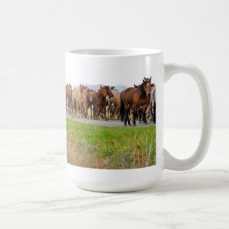 Taza con los caballos corrientes