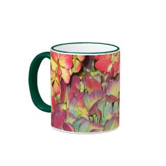 Taza con los Hydrangeas del otoño en colores