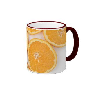 Taza con los naranjas cortados