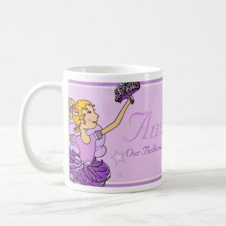 Taza conocida de los chicas púrpuras y de oro de