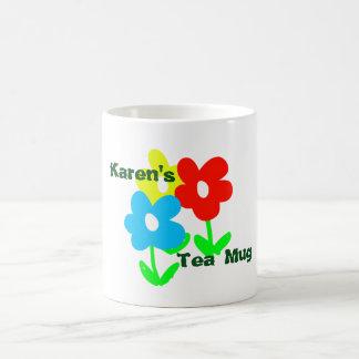 Taza conocida del té con las flores coloridas