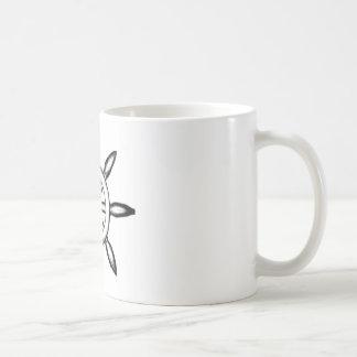 Taza de café a mano de la rueda del barco pirata