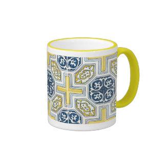 Taza de café amarilla azul geométrica del modelo d